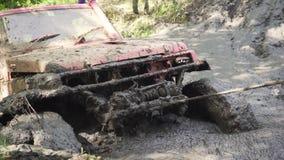Конец-вверх колеса автомобиля вставленного в грязных воде и грязи Колесо поворачивает, но оно беспомощно электрические тяги ворот видеоматериал