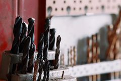 Конец-вверх комплекта бурового наконечника в держателе на мастерской Комплект сверл вися на стене стоковое фото