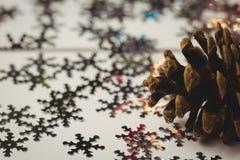 Конец-вверх конуса и снежинки сосны на деревянном столе Стоковое Изображение RF