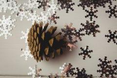 Конец-вверх конуса и снежинки сосны на деревянном столе Стоковое Фото