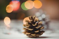 Конец-вверх конуса сосны на деревянном столе Стоковое Фото