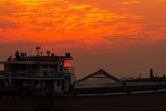 Конец-вверх корабля на заходе солнца стоковые изображения