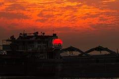 Конец-вверх корабля на заходе солнца стоковое фото rf