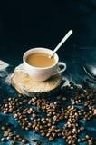 Конец-вверх кофейной чашки с зажаренными в духовке кофейными зернами на черной предпосылке близкая кофейная чашка вверх Чашка cof Стоковое фото RF