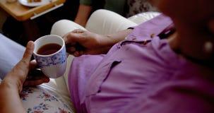 Конец-вверх кофе активной старшей женщины выпивая на доме престарелых 4k сток-видео