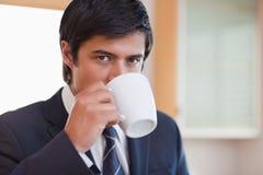 Конец вверх кофе бизнесмена выпивая Стоковая Фотография RF