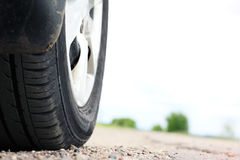 Конец-вверх колеса автомобиля на дороге Стоковые Изображения