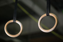 Конец-вверх колец, как устоичивые кольца или все еще кольца, художнический прибор гимнастики на свете запачкал предпосылку Стоковые Фото