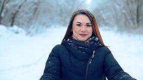 Конец-вверх красивая маленькая девочка наслаждается прогулкой зимы через холодный покрытый снег лес акции видеоматериалы