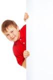 Малыш в красной рубашке с пустой афишей Стоковые Фотографии RF