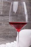 Конец-вверх красивого бокала полного сухой красной жидкости Бокал вина на серой каменной предпосылке Очень вкусный помадка Стоковые Фото
