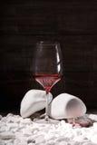 Конец-вверх красивого бокала полного сухой красной жидкости Бокал вина на черной предпосылке Очень вкусное сладостное вино Стоковая Фотография RF