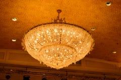 Конец-вверх красивого кристаллического chandelierClose-up beautif Стоковое Изображение RF