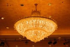 Конец-вверх красивого кристаллического chandelierClose-up beautif Стоковая Фотография RF