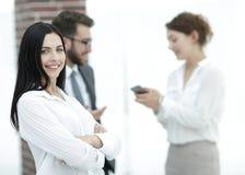 Конец-вверх красивого менеджера и сотрудников женщины в офисе Стоковые Изображения