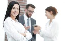 Конец-вверх красивого менеджера и сотрудников женщины в офисе Стоковые Изображения RF