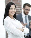 Конец-вверх красивого менеджера и сотрудников женщины в офисе Стоковое Изображение RF
