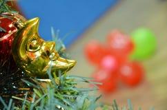 Конец-вверх красивого украшенного дерева рождества и Нового Года горизонтально Стоковая Фотография