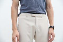 Конец-вверх красивого человека в голубой рубашке и белых длинных брюк стоковое изображение rf