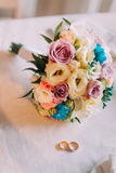 Конец-вверх красивого bridal букета с обручальными кольцами пар золотыми Стоковая Фотография RF