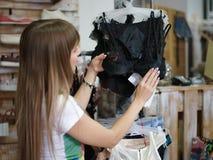 Конец-вверх красивой женщины стоя в магазине одежды и выбирая сексуальное нижнее белье Shopaholic на a Стоковое Фото