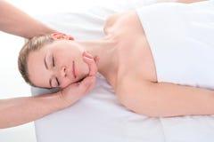 Конец-вверх красивой молодой женщины получая массаж на sp здоровья Стоковые Фотографии RF