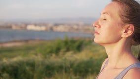 Конец-вверх красивой молодой женщины против фона моря видеоматериал