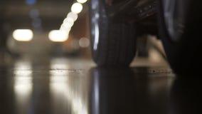 Конец-вверх, красивые женские ноги выходит автомобиля пятки Стоянка 4K медленный Mo сток-видео