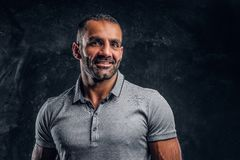 Конец-вверх красивый кавказский мужчина нося серую рубашку стоковые фото