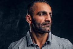 Конец-вверх красивый кавказский мужчина нося серую рубашку стоковая фотография