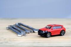 Конец-вверх красного автомобиля игрушки на деревянной поверхности стоковое изображение rf