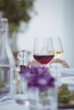 Конец-вверх красного шейкера бокала, соли и перца на таблице Стоковая Фотография