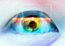 Конец-вверх красочного глаза Футуристическая развертка Высокие технологии стоковое фото rf