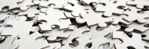 Конец-вверх кучи uncompleted элементов белой головоломки Огромное число прямоугольных частей от одной большой белой мозаики Стоковые Фото