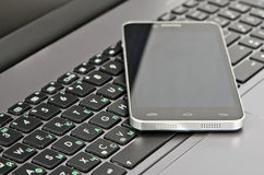 Конец-вверх клавиатуры и smartphone Стоковое Изображение