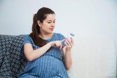 Конец-вверх лекарств пилюлек витамина чтения беременной женщины пренатальных Стоковая Фотография