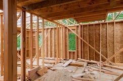 Конец-вверх луча построенный домой под конструкцией и голубым небом с деревянными рамками ферменной конструкции, столба и луча До стоковая фотография