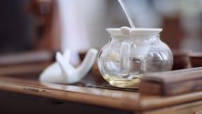 Конец-вверх, льет душистое puer в чайник через сетку сток-видео
