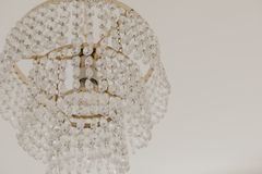 Конец-вверх люстры Chrystal Предпосылка очарования с космосом экземпляра стоковое изображение