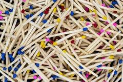Конец вверх, макрос и острая поверхность предпосылки красочных спичек Стоковая Фотография RF