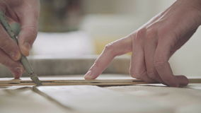 Конец-вверх мастерского гончара, глина режа специальный инструмент горшечник видеоматериал