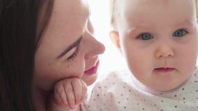 Конец-вверх матери целует ее маленького младенца акции видеоматериалы