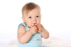 Конец-вверх, маленький ребенок смотрит вверх и жует ниппель Стоковое Фото