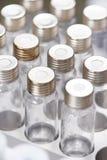 Конец-вверх меньшие склянки лаборатории в патроне стоковое фото rf