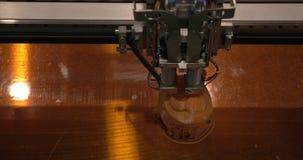 Конец-вверх механизма принтера 3D работая на игрушках печатания пластичных