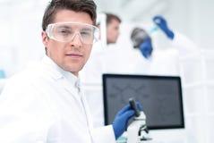 конец вверх микробиолог ученого на таблице лаборатории стоковое фото rf