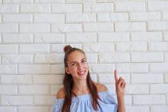 Конец-вверх милой девушки держа большой палец руки-вверх Стоковые Фото