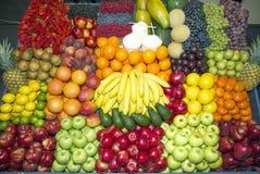 Конец вверх много красочных плодоовощей на стойке рынка фермеров Стоковая Фотография RF