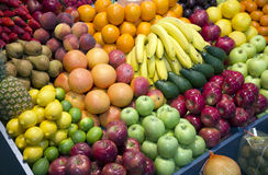 Конец вверх много красочных плодоовощей на стойке рынка фермеров Стоковое фото RF