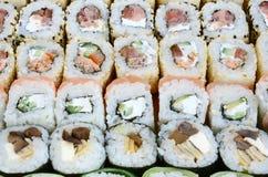 Конец-вверх много кренов суш с различными завалками Съемка макроса сваренной классической японской еды изображение энергии принци Стоковое Фото